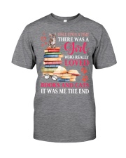 A girl who really love books and cat Classic T-Shirt thumbnail