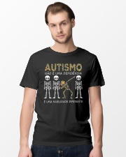 Autismo NÃO É UMA DEFICIÊNCIA Classic T-Shirt lifestyle-mens-crewneck-front-15