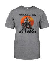 NEVER UNDERESTIMATE AN OLD MAN WITH A MOTORCYCLE Classic T-Shirt front