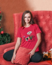 LOVE GRAMMY LIFE - ART Ladies T-Shirt lifestyle-holiday-womenscrewneck-front-2
