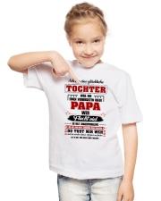 Eine Gluckliche Tochter Einen Verruckten Habe Papa Youth T-Shirt lifestyle-youth-tshirt-front-2