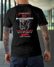 je suis ne en 80 Classic T-Shirt lifestyle-mens-crewneck-back-3