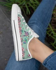 TURTLE LOW TOP SHOES 2 Women's Low Top White Shoes aos-complex-women-white-low-shoes-lifestyle-03