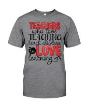 TEACHERS WHO LOVE TEACHING TEACH CHILDREN TO LOVE Classic T-Shirt front