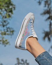 Flamingos Happy Together Beauty Women's Low Top White Shoes aos-complex-women-white-low-shoes-lifestyle-01