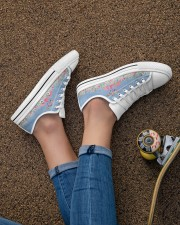Flamingos Happy Together Beauty Women's Low Top White Shoes aos-complex-women-white-low-shoes-lifestyle-02
