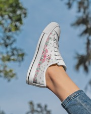 Flamingos Happy Together Women's Low Top White Shoes aos-complex-women-white-low-shoes-lifestyle-01