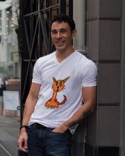 Le chat orange V-Neck T-Shirt lifestyle-mens-vneck-front-1