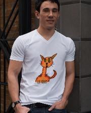 Le chat orange V-Neck T-Shirt lifestyle-mens-vneck-front-2