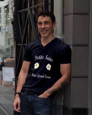 Petits seins mais grand coeur  V-Neck T-Shirt lifestyle-mens-vneck-front-1