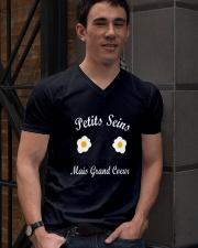 Petits seins mais grand coeur  V-Neck T-Shirt lifestyle-mens-vneck-front-2