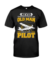 PILOT GIFTS -  NEVER UNDERESTIMATE AN OLD MAN Classic T-Shirt front