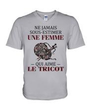 le tricot - sous estimer une femme V-Neck T-Shirt thumbnail