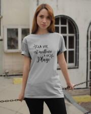 LA VIE EST MEILLEUR À LA PLAGE Classic T-Shirt apparel-classic-tshirt-lifestyle-19