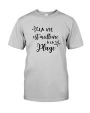 LA VIE EST MEILLEUR À LA PLAGE Classic T-Shirt front