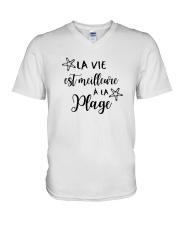 LA VIE EST MEILLEUR À LA PLAGE V-Neck T-Shirt thumbnail